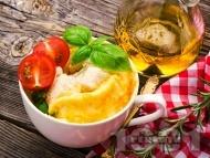 Лесен и бърз омлет в чаша със сирене чедър в микровълнова печка